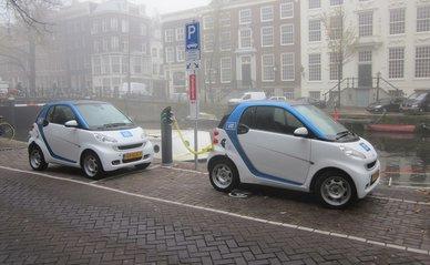 """Car2Go Amsterdam Smart ED Herengracht"" (CC BY-SA 3.0) by Brbbl"