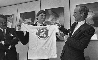 Oude en nieuwe minister van Economische Zaken ; nieuwe minister van VROM Ed Nijpels (l) krijgt t-shirt van voorganger Winsemius