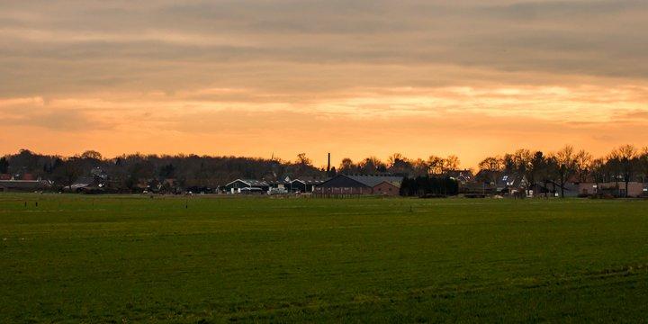 dorp groen panorama zon kerk