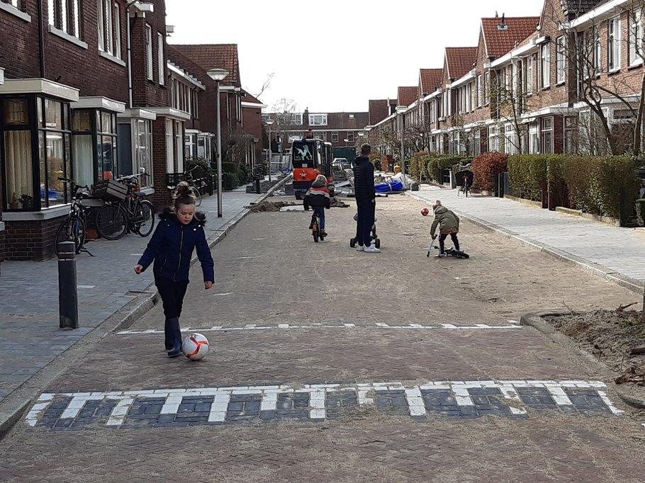 Tijdens de rioolvervanging werd de straat meteen weer ingepikt door spelende kinderen