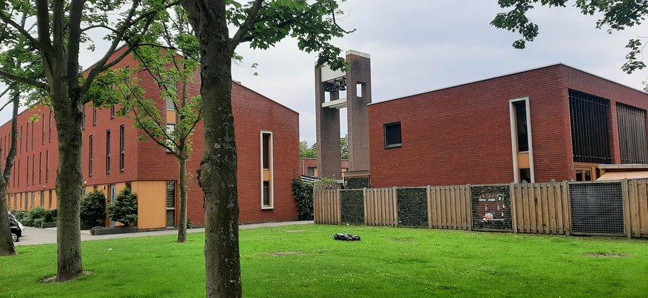 Nieuwbouw Van Baerlestraat met toren Ichtuskerk