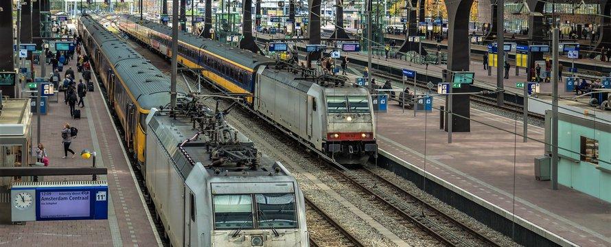 """Rotterdam Centraal_""""TRAXX F140 MS - E186 236 (L) & E186 142"""" (CC BY-SA 2.0) by Frans Berkelaar"""