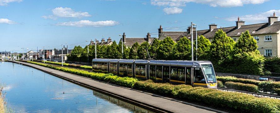 "trein naast huizen -> DRIMNAGH LUAS TRAM STOP [GOLDENBRIDGE CE"" (CC BY-SA 2.0) by infomatique"