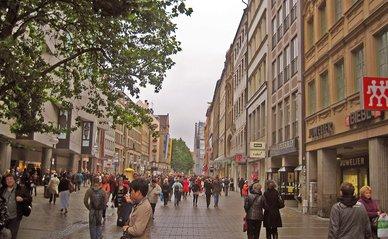 """Kaufingerstrasse München"""" (CC BY-SA 2.0) by Melinda van den Brink"""
