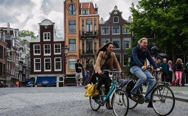 Mensen Amsterdam straat - Wikimedia Commons