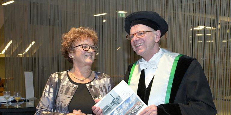 Therese Mol ontvangt boek Friso