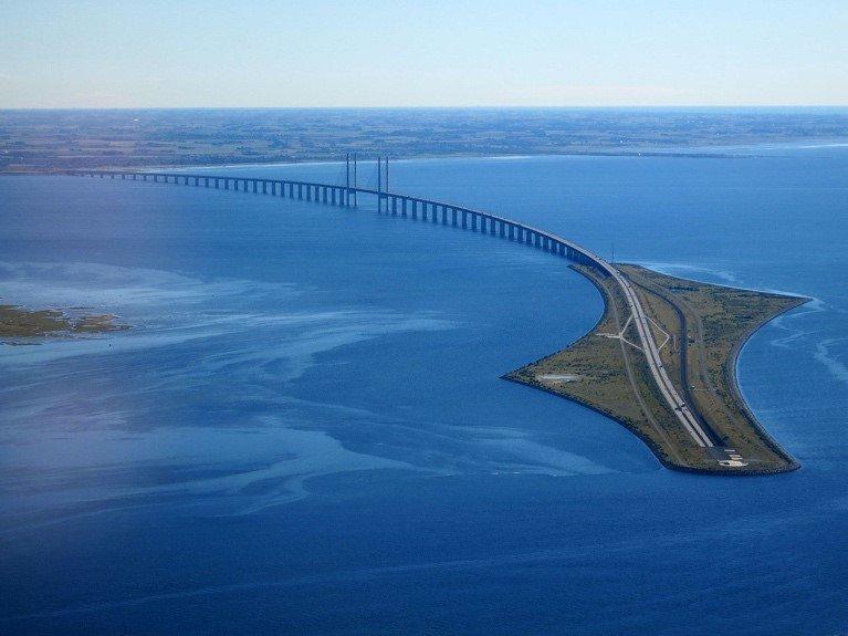De Sontbrug, die aan de Deense zijde in een tunnel overgaat -> credits: Wikimedia Commons)]