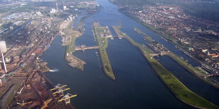 Zeesluis Ijmuiden, luchtfoto -> Debot at Dutch Wikipedia 30 sep 2005