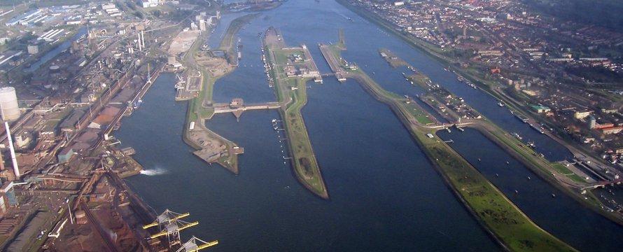 Zeesluis Ijmuiden, luchtfoto -> Debot at Dutch Wikipedia 30 sep 2005