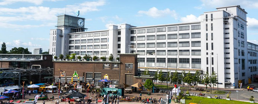 Klokgebouw en Ketelhuisplein Strijp S - Wikimedia Commons, 2020