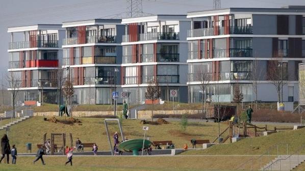 Riedberg_Frankfurt_parkeren onder de heuveltjes.jpg
