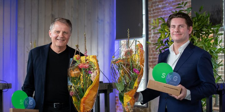 Bart Mispelblom Beyer (links, Tangram Architekten) en Bas Kalter (rechts, BPD Gebiedsontwikkeling) met hun SKG Awards