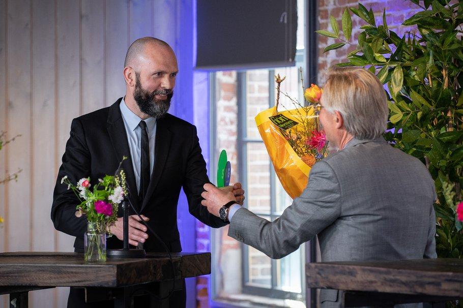Tobias Verhoeven van Synchroon neemt de publieksprijs van de SKG Award in ontvangst