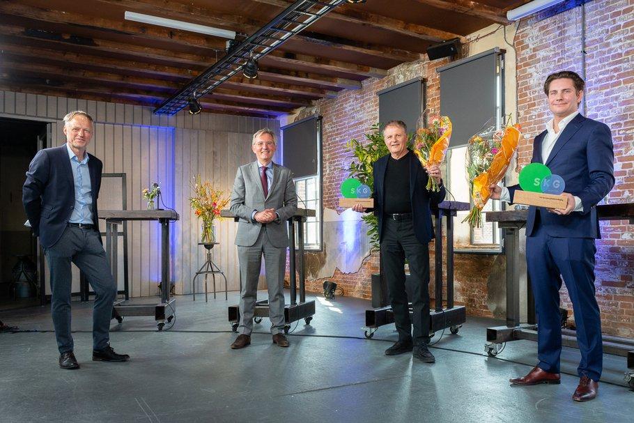 Vlnr: juryleden Co Verdaas en Gerhard van den Top met SKG Award winnaars Bart Mispelblom Beyer (Tangram Architekten, Rhapsody) en Bas Kalter (BPD Gebiedsontwikkeling, Proeftuin Erasmusveld)
