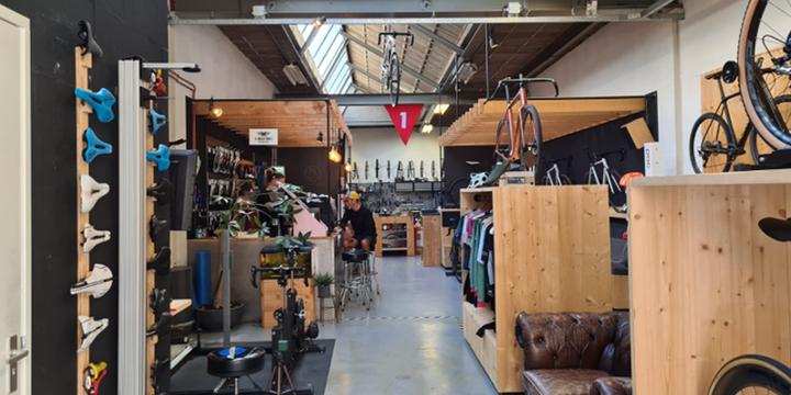 Mechanieker Amersfoort is een werkplaats voor het maken van fietsen en ruimte voor verkoop in de Nieuwe Stad