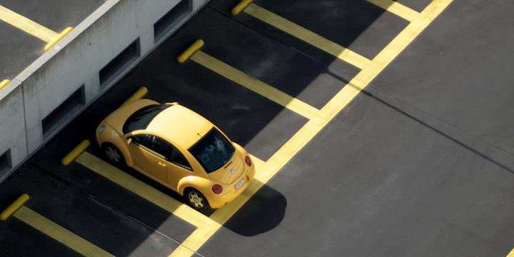 Auto op parkeerplaats -> Photo byRaban HaaijkonUnsplash
