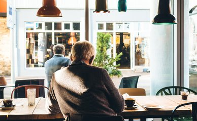 Oudere in cafe gebouw - Pixabay, 2020
