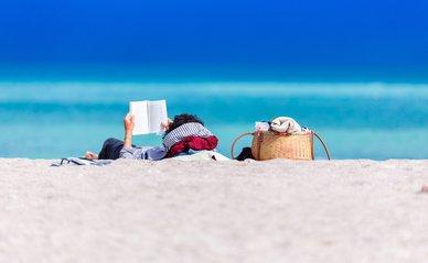 Boekje lezen op strand -> Photo by Dan Dumitriu on Unsplash