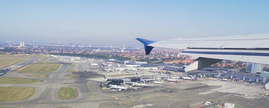 vliegtuig in de lucht ->Photo by Dragoș Grigore on Unsplash