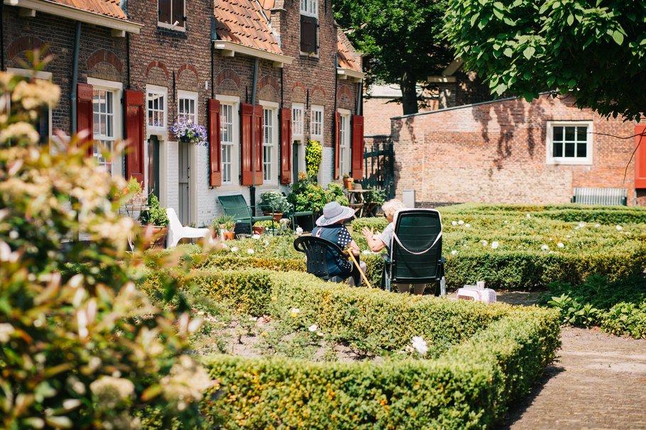 Hofje in Naaldwijk; goede woonconcepten voor ouderen zijn cruciaal voor zowel het welzijn van ouderen als de doorstroming op de woningmarkt