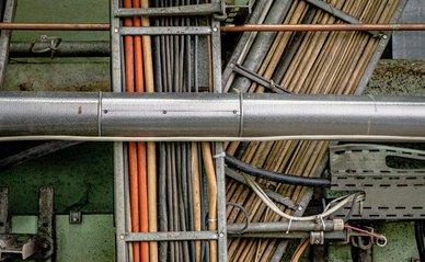 Kabels en leidingen  -> Photo by Mika Baumeister on Unsplash