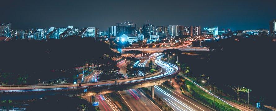 Snelweg en stad en mobiliteit -> Photo by Shawn Ang on Unsplash