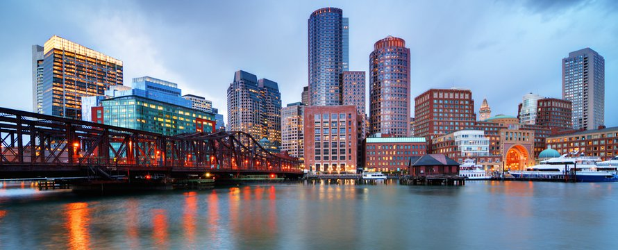 Skyline van het centrum van Boston vanaf de pier