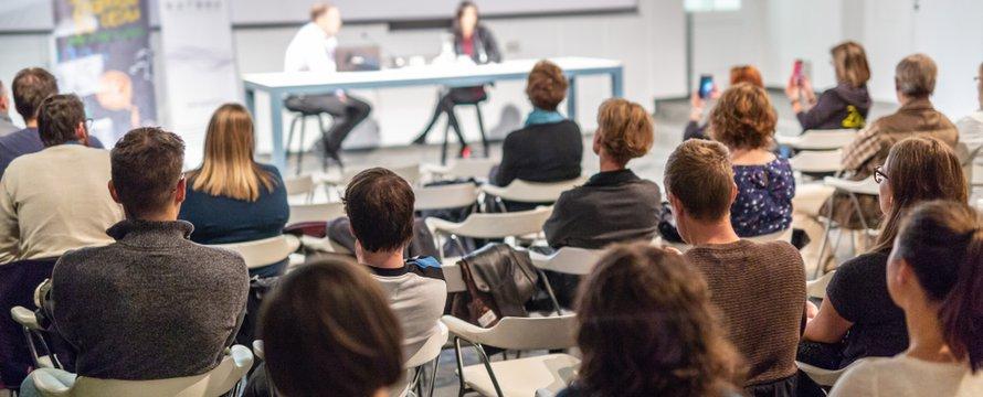 Discussiepanel bij een conferentie