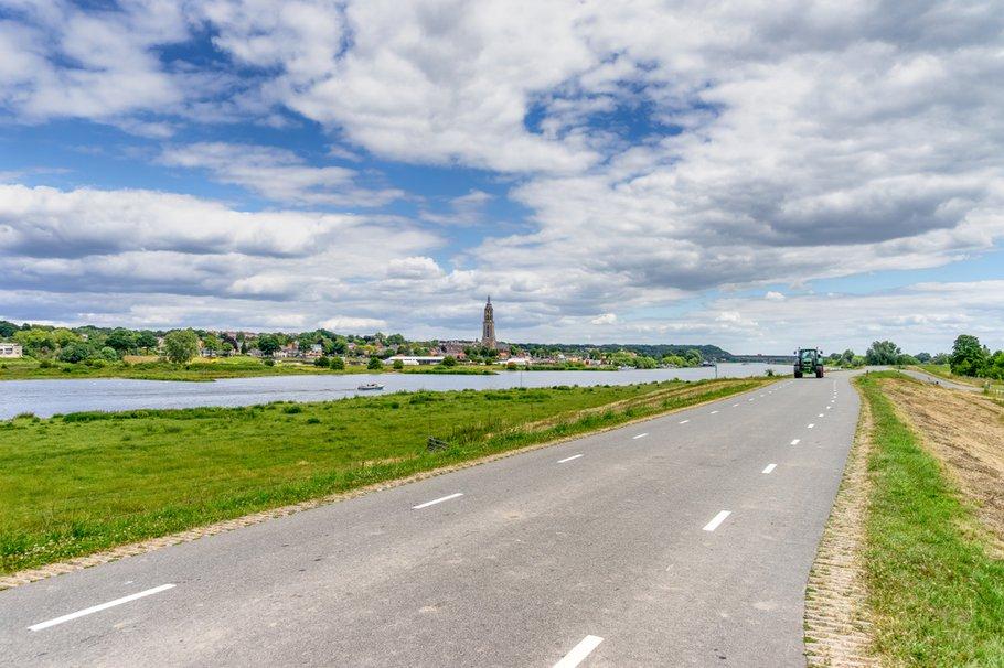 Zicht op gemeente Rhenen langs de Rijn