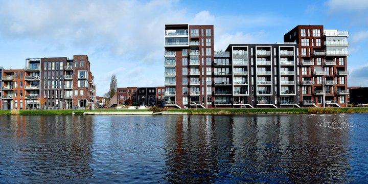 Moderne woningen langs het kanaal in Alkmaar