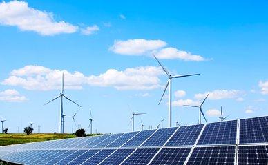Windmolens en zonnepanelen in landerijen