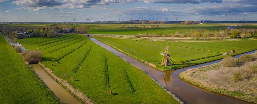 Landerijen met koeien en windmolens