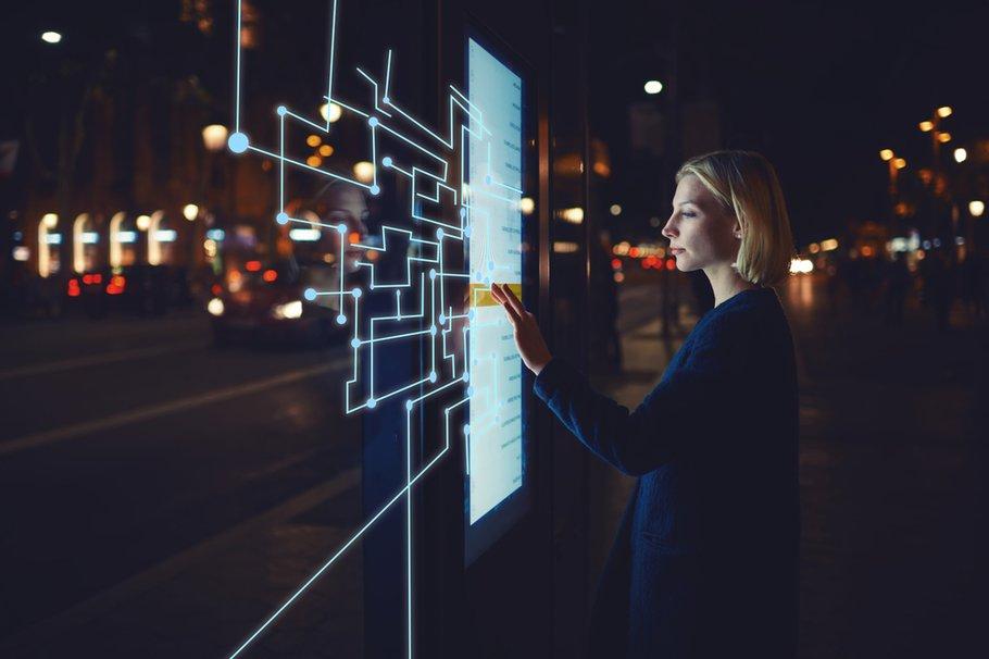 Persoon met futuristische technologie