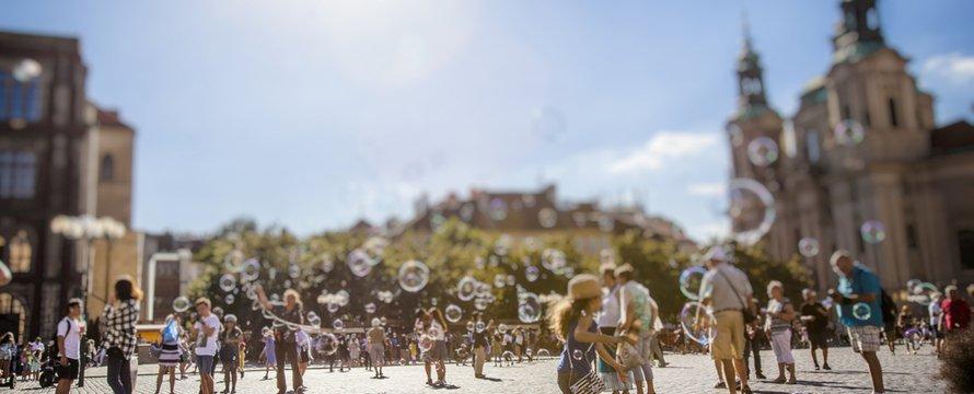 gelukkige zomerdag en kinderen spelen op het oude stadsplein in Praag